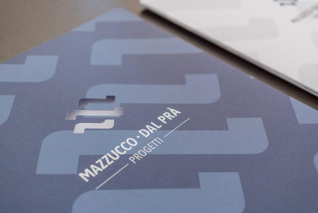 folder porta documenti con il nuovo logo fustellato Mazzucco Dal Prà Progetti