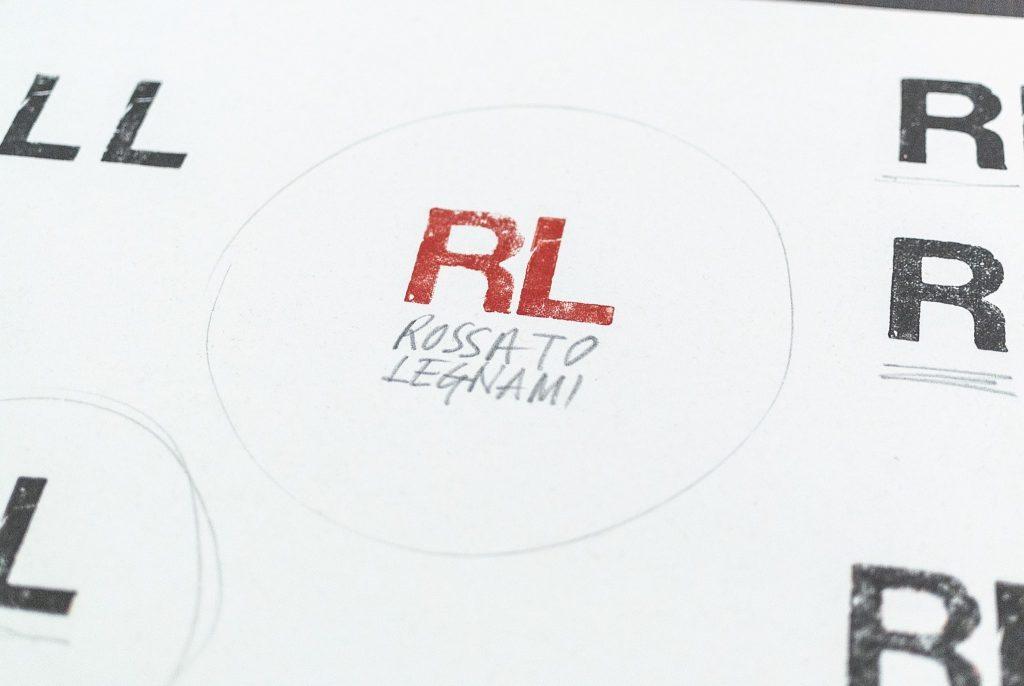 Dettaglio della creazione del logo Rossato Legnami tramite tecnica letterpress con caratteri mobili in legno